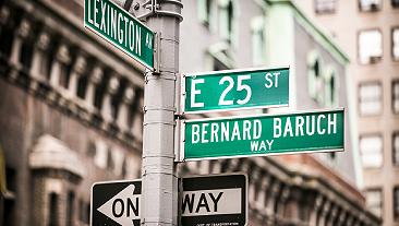纽约市列克星敦大道和第25街拐角处的街道标志.